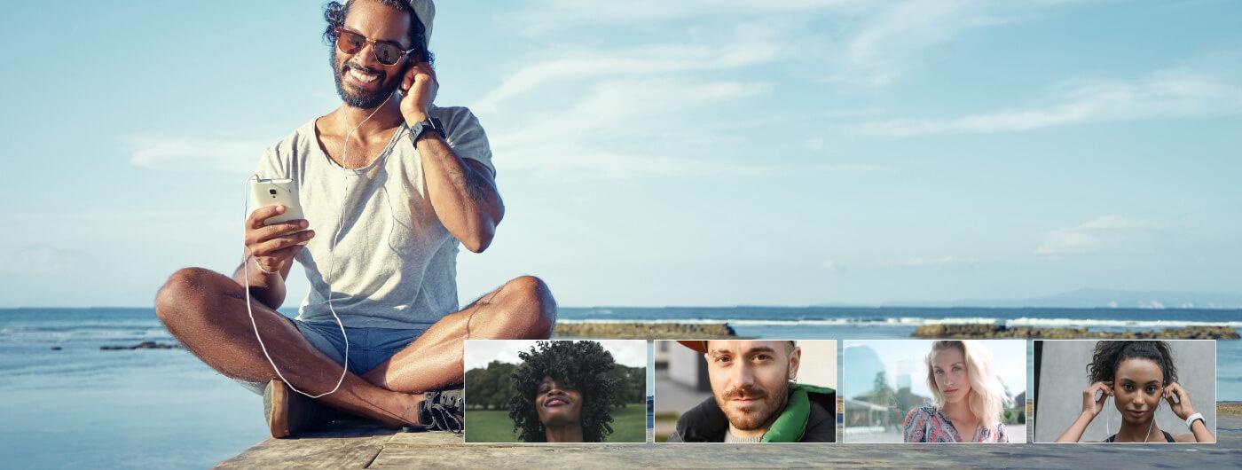 Homme utilisant le webinaire TheONE sur la plage