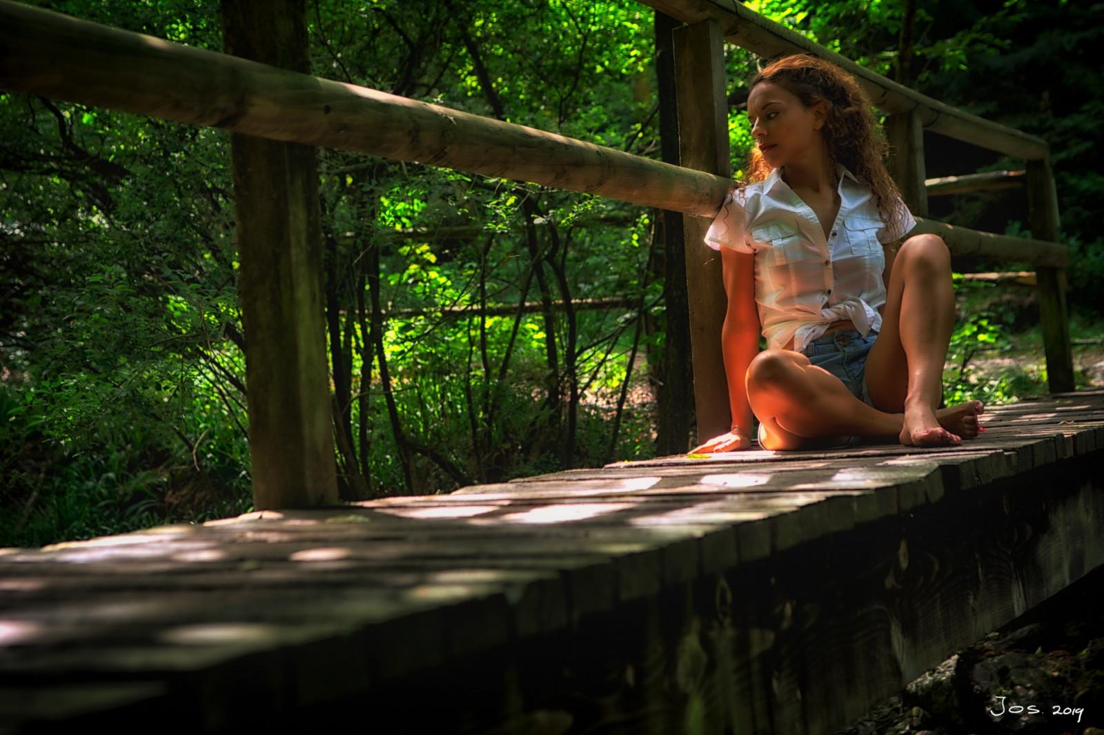 Lerne mehr über Kompositionen in der Fotografie Dame auf Brücke von Jos-Joosten