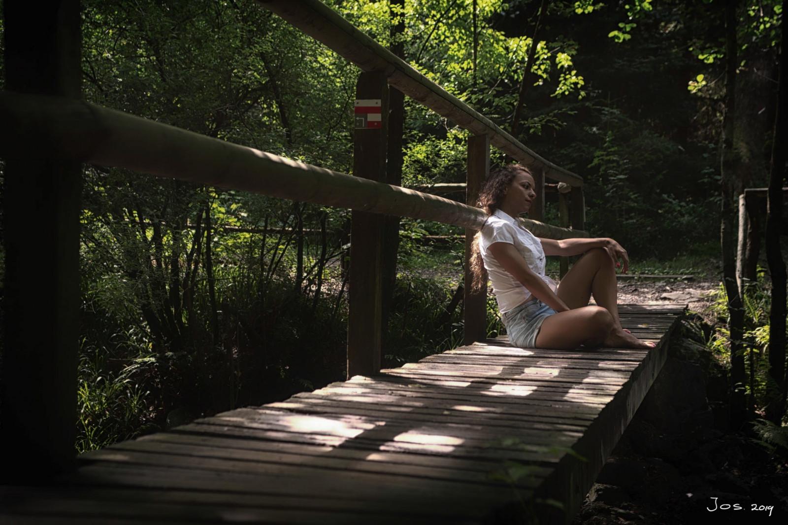 Lerne mehr über Kompositionen in der Fotografie Dame auf Brücke weit von Jos-Joosten