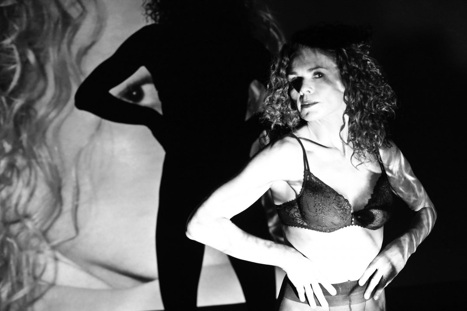 Aprende sobre las composiciones en fotografía señora con sombras por Jos Joosten