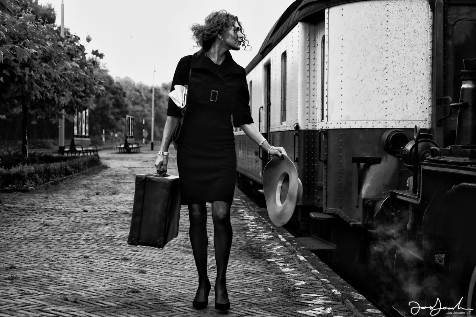 Leer over composities in fotografie dame met trein door Jos Joosten